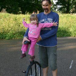 nie tylko tata umie jeździć na monocyklu