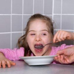 Popatrzcie jak samodzielnie i dokładnie potrafię zjeść talerz zupy